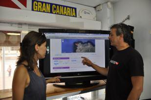 Eva showing Sergio from 7mares Las Canteras the ePOSEIDON database