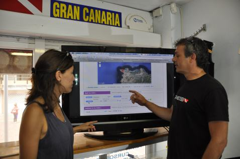 Eva showing Sergio from 7mares Las Canteras the ePOSEIDON database